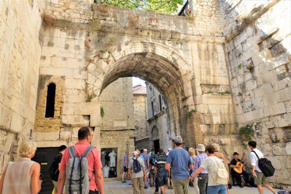 クロアチアのスプリットの旧市街の入口である金の門