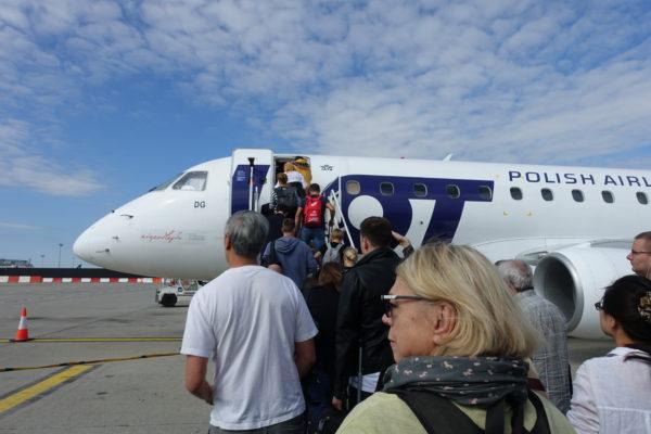 ブダペストからワルシャワへ向かうポーランド航空の飛行機