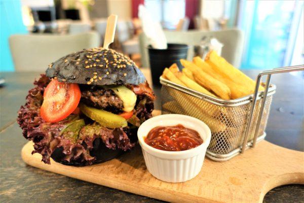 ブラスチラバの大きな黒いハンバーガーと揚げたてポテト