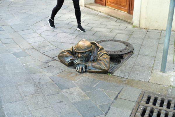 ブラチスラバの覗き見チュミル像(Man at Work)