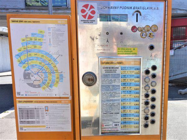 ブラチスラバの交通乗り放題のチケットの発券機