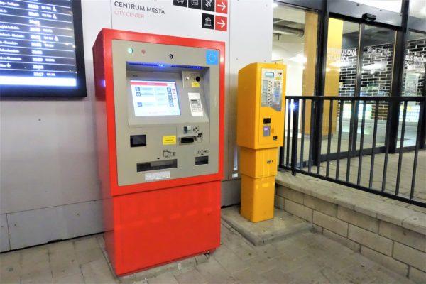 ブラチスラバのバスターミナルの入口前にある発券機
