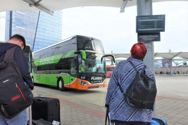 ブラチスラバのバスターミナルのプラットホーム番号の近くにある電光掲示板