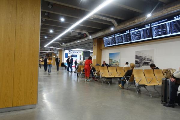 ブラチスラバのバスターミナルの待合椅子