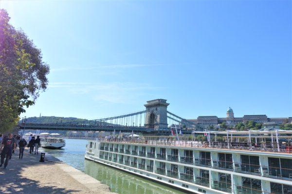 ブダペストのセーチェーニ鎖橋とドナウ川