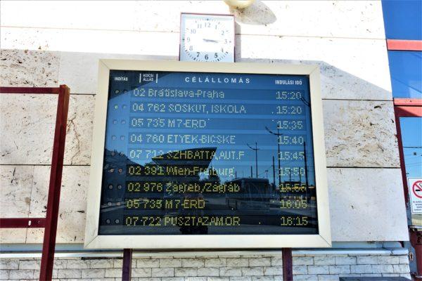 ハンガリーのBudapest Kelenföldバスターミナルの電光掲示板
