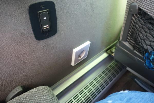 FlixBusの車内の電源タップ