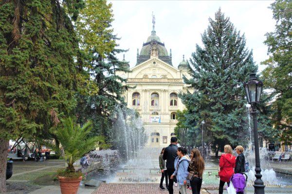 スロバキアのコシツェにある国立劇場の音楽に合わせて踊る噴水