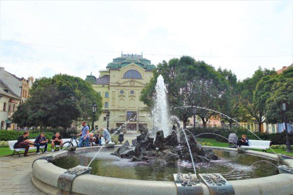 スロバキアのコシツェにある国立劇場の噴水