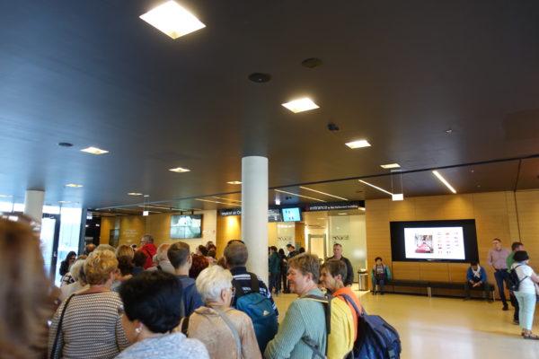 ブダペストの国会議事堂のビジターセンターの中の見学ツアーの入口に並ぶ人