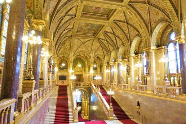 ブダペスト国会議事堂正面の大階段(The Grand Stairway)