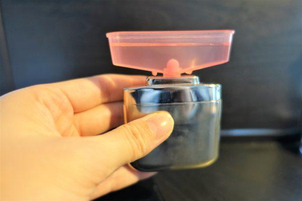ハクキンカイロにカップで分量を量ったベンジンを入れる