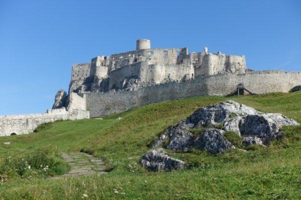 天空の城ラピュタのモデルとなったスピシュ城