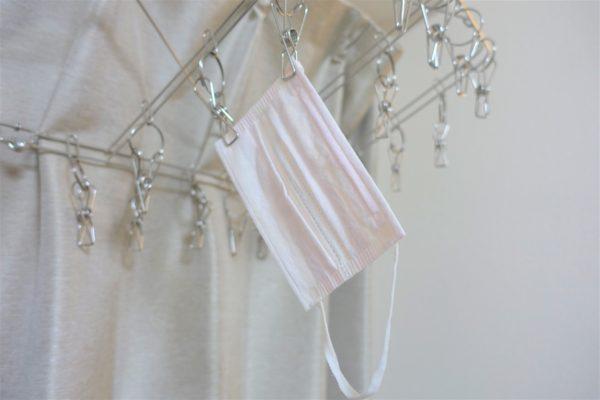 洗濯後の使い捨てマスクを洗濯用ハンガーで乾かす