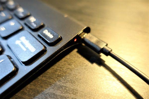 Arteckのおしゃれな2.4GワイヤレスBluthoothキーボードのバッテリー表示灯