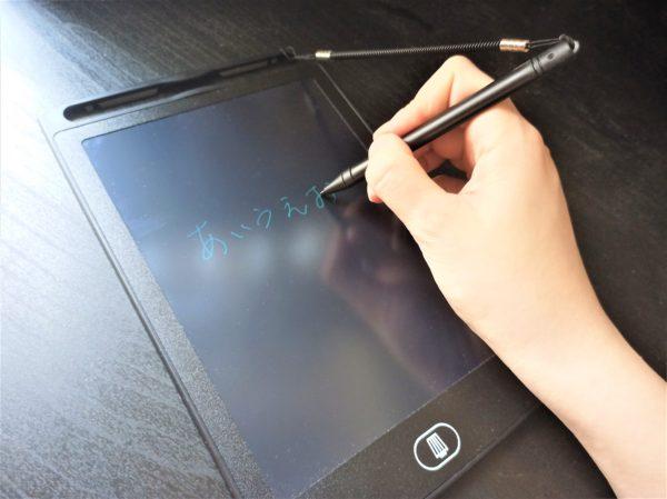 キャンドゥの電子メモパッドのペンの紛失防止のために100均ストラップを装着